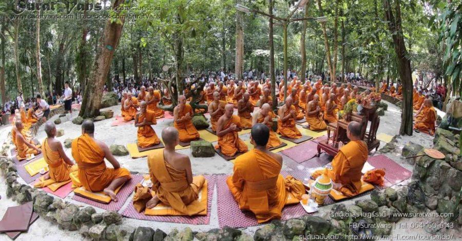ลานหินโค้ง สวนโมกขพลาราม ใช้เป็นที่ประกอบศาสนกิจของพระสงฆ์และผู้มาปฏิบัติธรรม